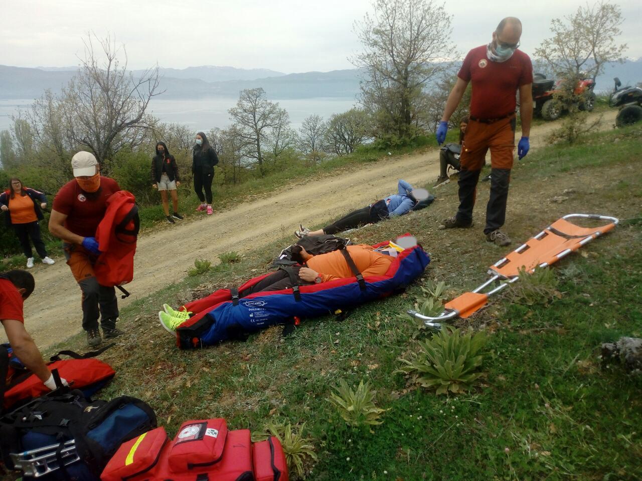 Планинската спасителна служба интервенираше кај Коњско, две лица со ATV возило паднаа во провалија длабока десетина метри