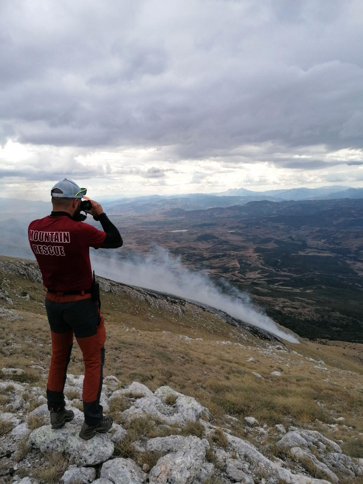 Тимовите на ПСС од терен ја следат состојбата со пожарот на Галичица